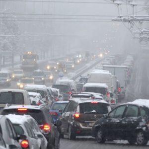 Аварирали и катастрофирали тирове, снегопочистване затвори път в Северна България