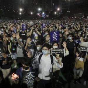 Арести и сълзотворен газ на демонстрация за годишнината на Тянънмън в Хонконг