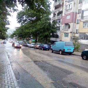 Втори час в Кърджали вали, някои улици пак заприличаха на реки