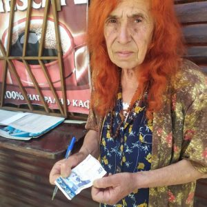Младеж се опита да пробута двадесетолевка-менте на продавачка на вестници в Кърджали, тя се пробва да го задържи с голи ръце