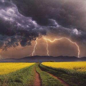 Облачно, краткотрайни валежи и гръмотевични бури