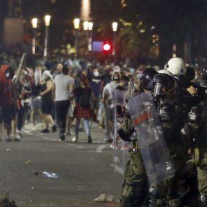 Протестиращи в Белград срещу връщането на полицейския час нахлуха в сръбския парламент