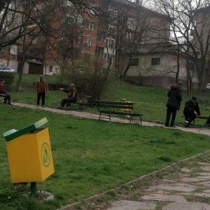 Сигнал: Пенсионери в парка с алкохол и табла