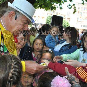 """Стотици деца се забавляваха с актьорите Янко и Сиса, и театър """"Дани и Деси"""""""