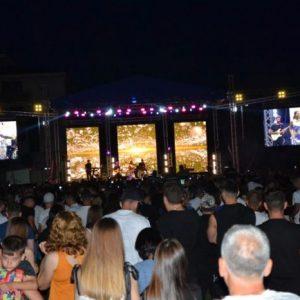 Хиляди пяха с Демет Акалън на стадиона в Момчилград (СНИМКИ)