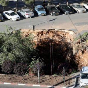 📹 Насред Йерусалим се образува гигантска яма и погълна коли и дървета